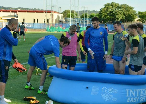 Гравці збірної України на тренуванні обливалися водою та отримали майстер-клас від Шевченка