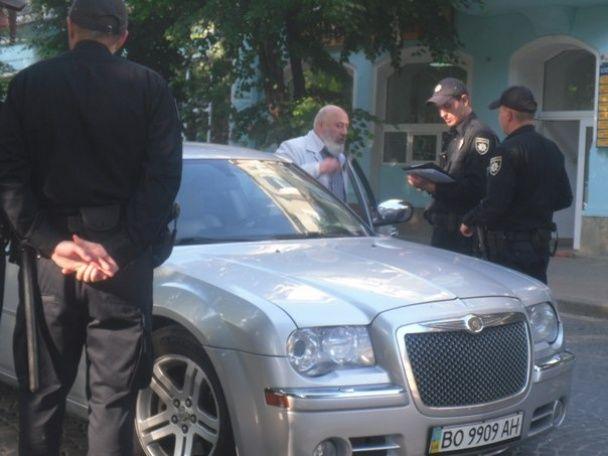 Будете начальству пояснювати. Священик на Chrysler порушив ПДР і проігнорував патрульних