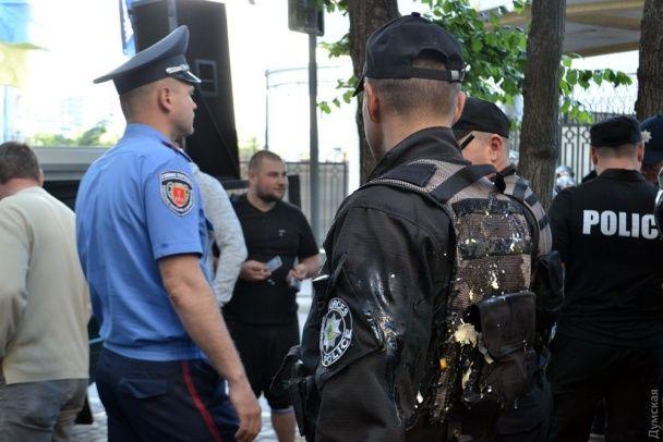 Під консульством Росії в Одесі влаштували пікет: будівлю хотіли закидати гноєм