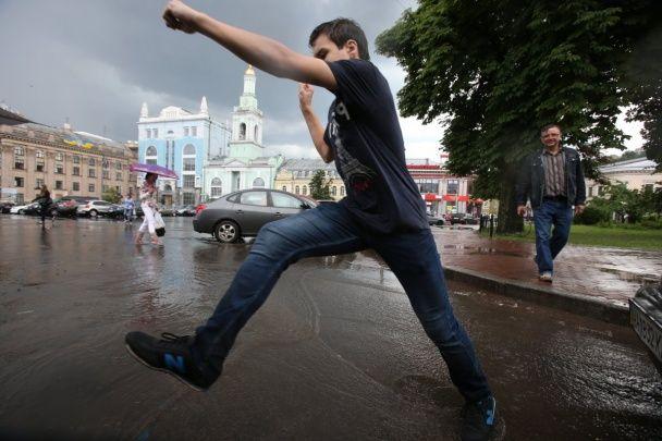 """Дощ із сильним градом влаштував у Києві """"маленький потоп"""""""