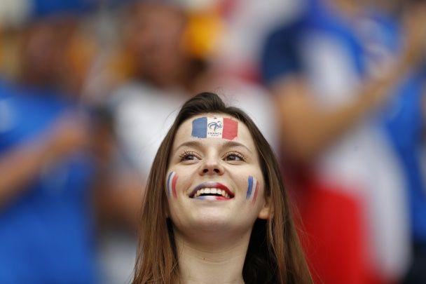 Футбольні красуні. Які дівчата вболівали на матчі-відкритті Євро-2016