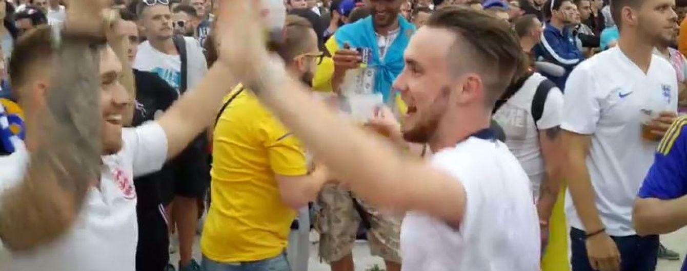 """Англійські фанати заспівали пісню """"Путін х*йло"""" у Франції"""