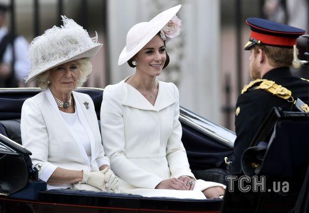 В честь королеви Єлизавети біля Букінгемського палацу вишикувалися майже 2000 військових