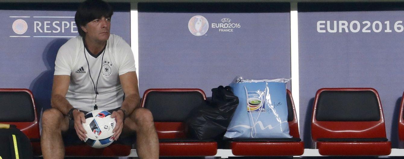 Тренер збірної Німеччини вибачився, що запустив руки у штани під час матчу Євро-2016