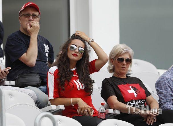 """Кралі з Албанії та """"королева"""" Британії на трибунах. Найкращі фото вболівальників Євро-2016"""