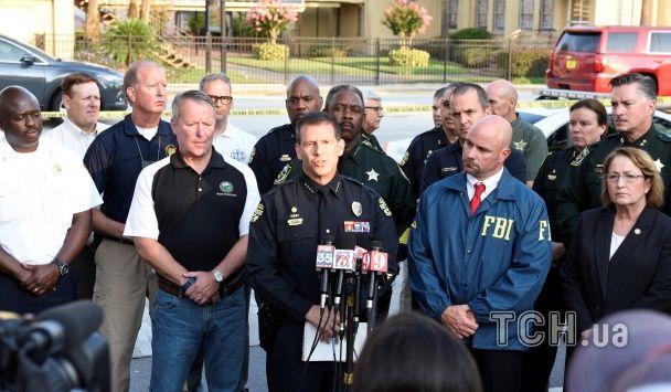 Десятки жертв та оточений поліцією район. Фото та відео з місця стрілянини в Орландо