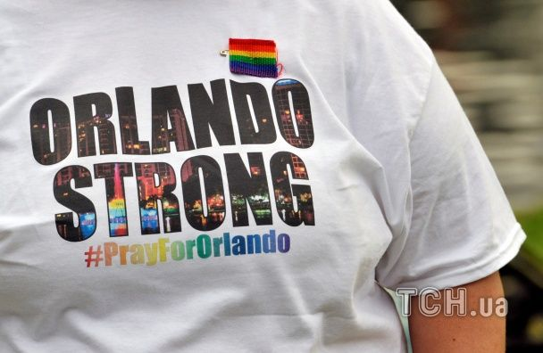 Різнокольорові прапори, свічки та сльози: у США вшановують жертв кривавої стрілянини в Орландо