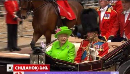 Королева Великобритании встретила свой официальный день рождения в ярко-зеленом наряде