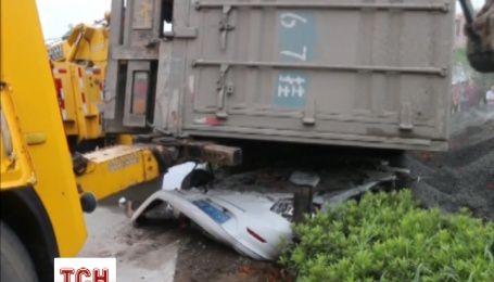 Вантажівка перевернулася і розчавила мінівен у Китаї