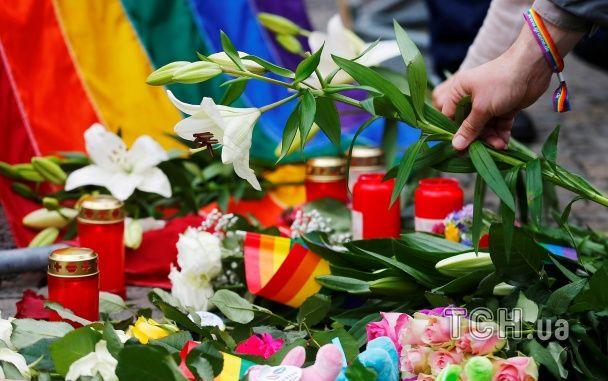 Свічки та веселкові прапори: весь світ сумує за загиблими в Орландо