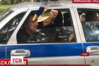 У День Росії сімферополець улаштував протест з українським прапором