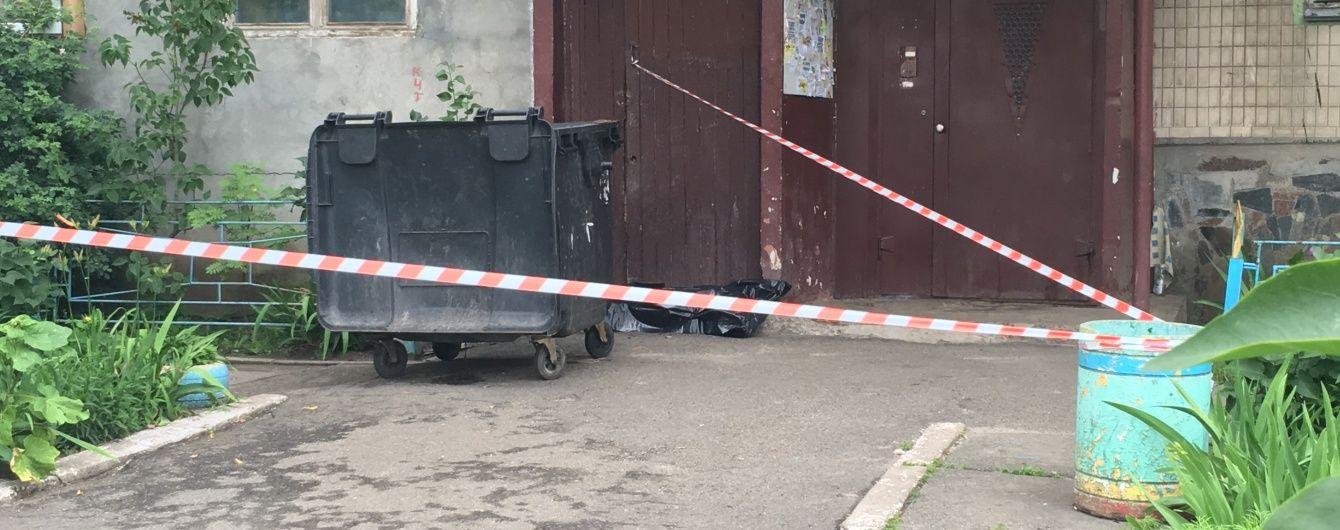 Поліція знайшла породіллю, яка викинула немовля у сміттєпровід на Оболоні