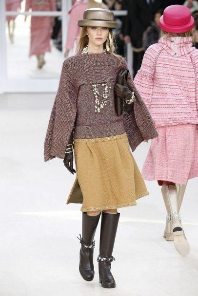 Жемчужные бусы и золотые сапоги в коллекции Chanel сезона осень-зима 2016-2017