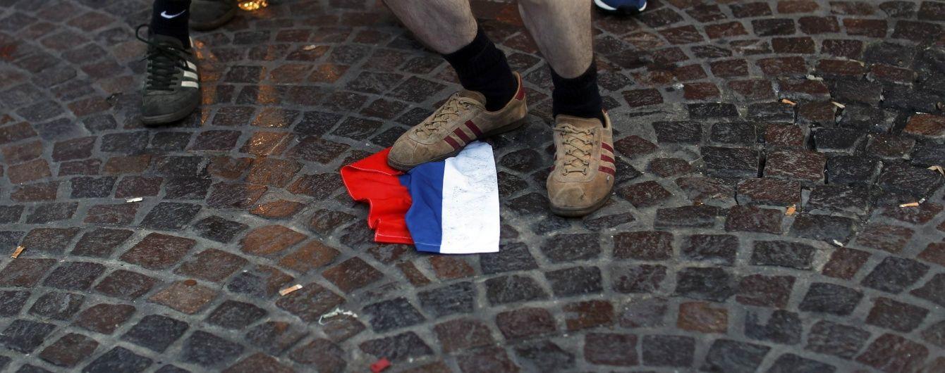 Англійські фанати познущались над російським прапором у Ліллі