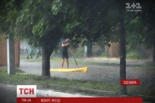 Потужна злива перетворила вулиці Ізмаїла на річки: місцеві каталися на байдарці, а транспорт зупинився