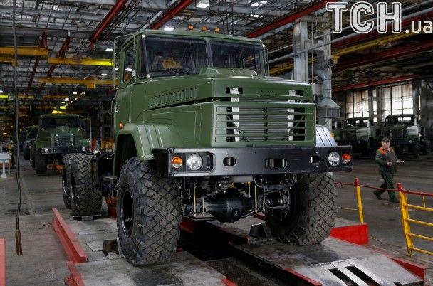 За лаштунками АвтоКрАЗу. Reuters показав, як працює Кременчуцький автозавод