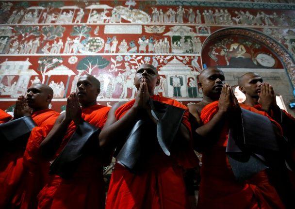 Найяскравіші фото дня: китайський Діснейленд, конфуз Папи Римського, бійка в Раді