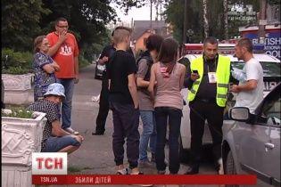 Легковик на пішохідному переході збив дітей: поліцейські рятували у свої машині водія від самосуду