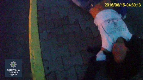 В Одесі залицяльник побив дівчину до нестями і намагався скинути її з мосту