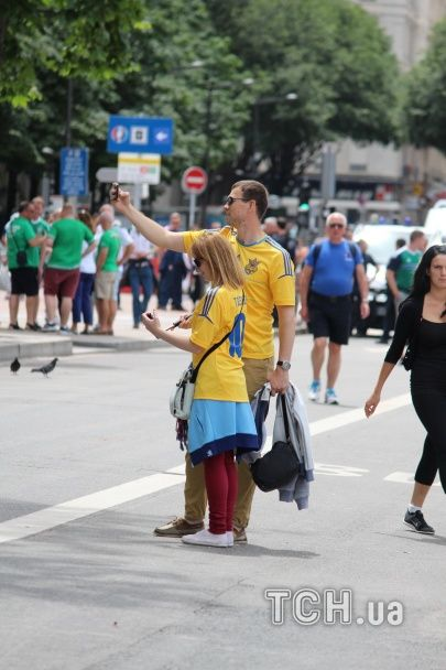 """""""Синьо-жовті"""" стяги у Ліоні. Як фанати чекають на битву Україна – Північна Ірландія на Євро-2016"""
