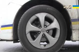 Полицейские Toyota Prius ездят летом на зимней резине