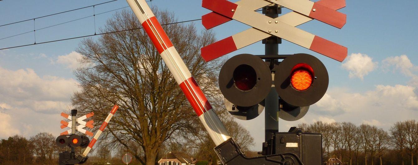 На Сумщині поїзд протаранив ВАЗ, який намагався проскочити переїзд перед ним