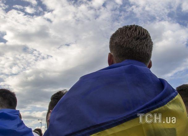 """""""Синьо-жовта"""" Поштова площа. Як уболівальники підтримували збірну України у фан-зоні"""