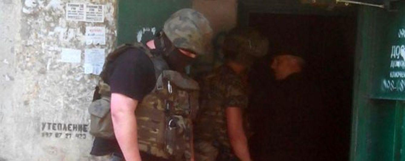 Маріупольський стрілець здався поліції, спустившись по драбині в білій сорочці й матроських брюках
