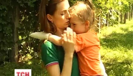 Трирічна дівчинка  повернулася з дитсадка з поламаними пальцями