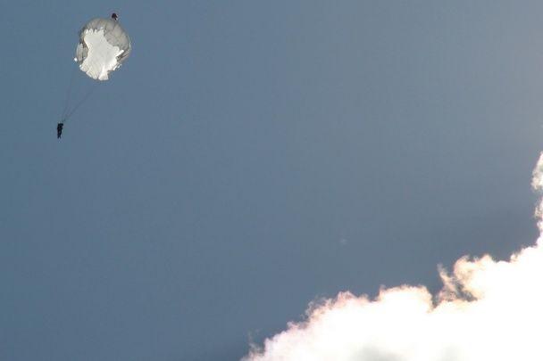 Міноборони опублікувало вражаючі фото стрибків з парашутом майбутніх офіцерів ВДВ