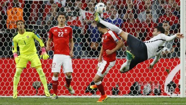 Дві поперечини, розірвані футболки та м'яч, який луснув. Фото матчу Швейцарія - Франція