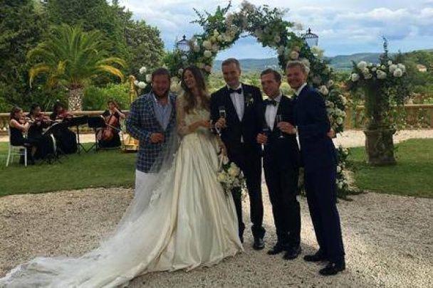"""""""Грошей немає, ви тримайтеся"""". Навальний показав фото з весілля сина """"єдинороса"""" в замку у Франції"""
