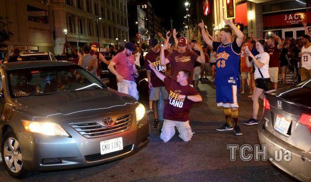 """Сльози великих хлопців та божевілля на вулицях: як """"Клівленд"""" святкував історичний тріумф в НБА"""