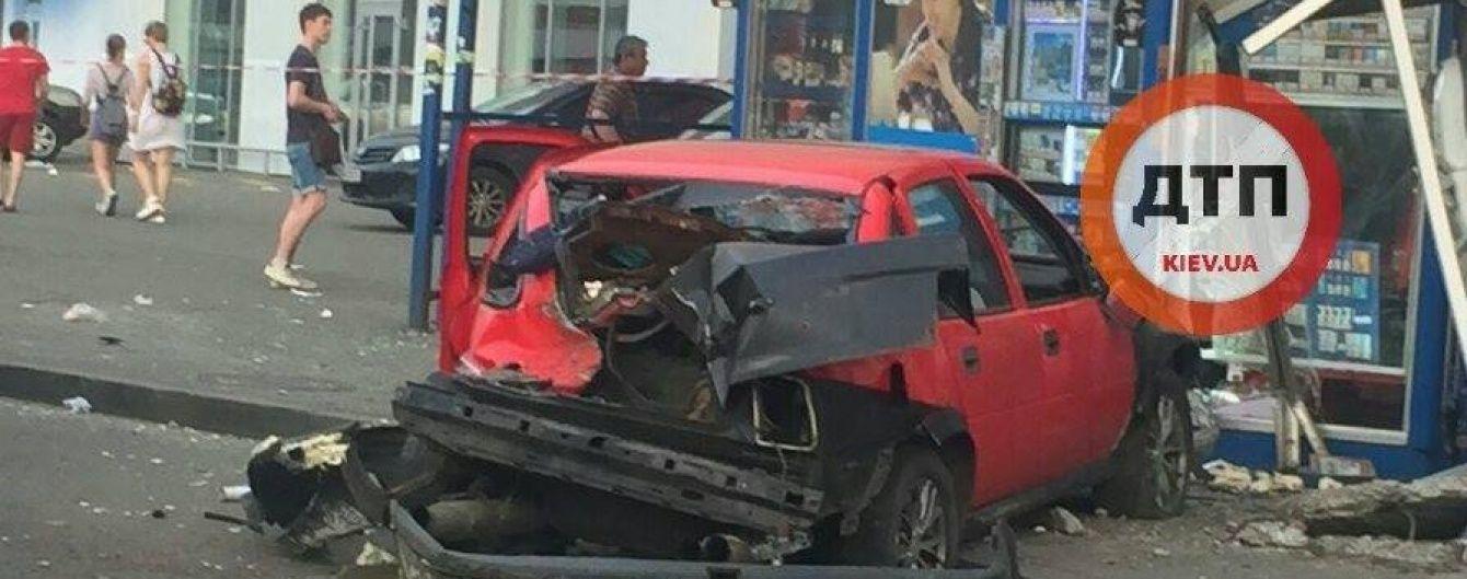 Смертельна ДТП у Києві. З'явилося моторошне відео зіткнення авто із зупинкою