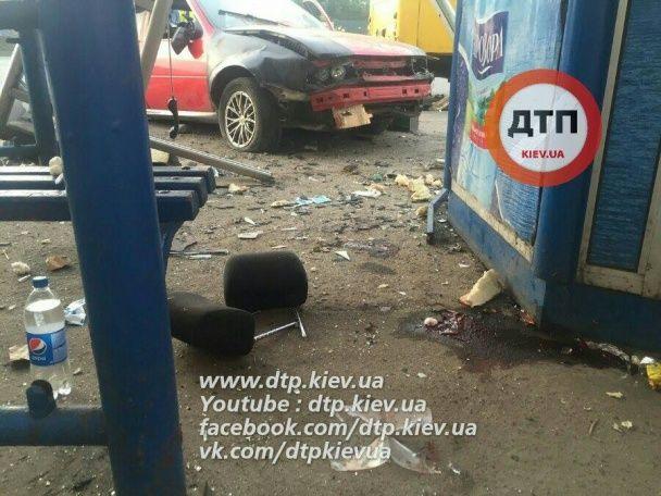 У Києві авто влетіло в зупинку, є загиблі