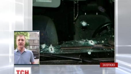Во дворе жилого дома в Запорожье неизвестный мужчина из автомата открыл огонь по машине