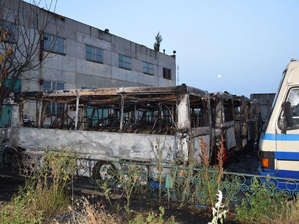 У Миколаєві на стоянці вщент згоріли шість автобусів