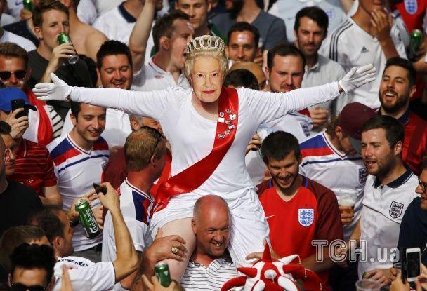 """Щаслива """"королева"""" Британії та оголені фани. Найкращі уболівальники Євро за 20 червня"""