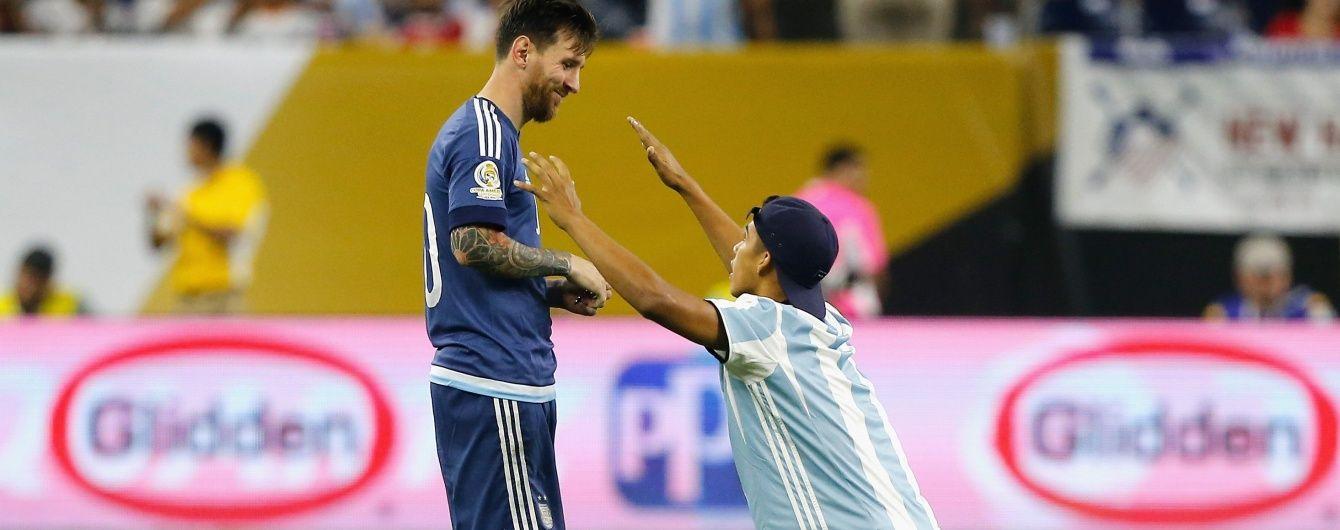 Футбольний фанат поцілував ногу легендарному Мессі