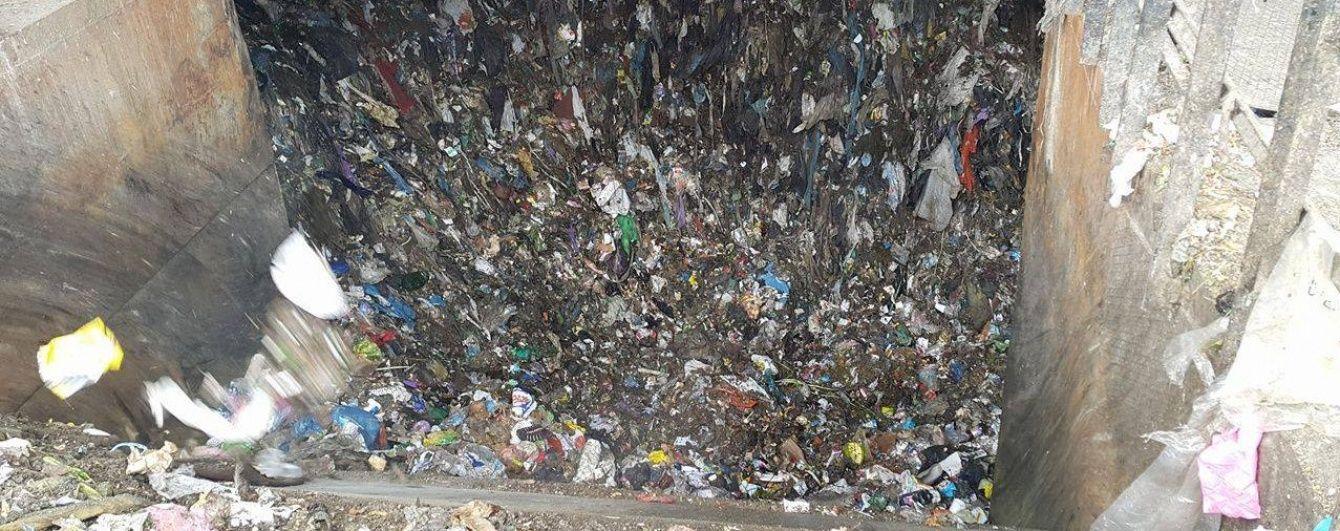 В Подгорцах местные уже третий день блокируют полигон: не хотят пропускать киевский мусор