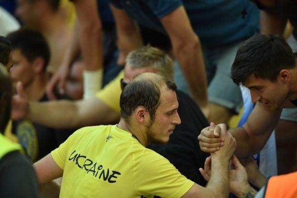 Обійми з уболівальниками: як гравці збірної України дякували за підтримку