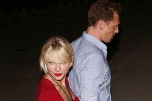 Lady in red Тейлор Свіфт потрапила до об'єктивів папараці за ручку із голлівудським красунчиком