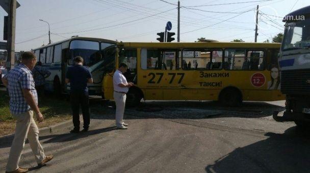 У Маріуполі на перехресті зіткнулися маршрутка, автобус та вантажівка: постраждали 16 людей