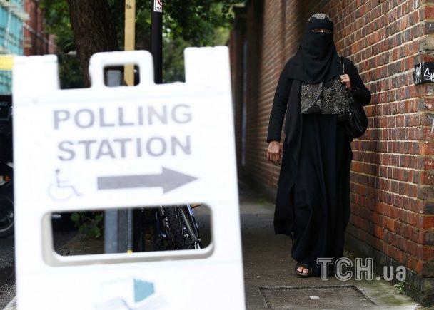 Вийти з ЄС чи залишитися: у Британії вишикувалися черги з охочих проголосувати на референдумі