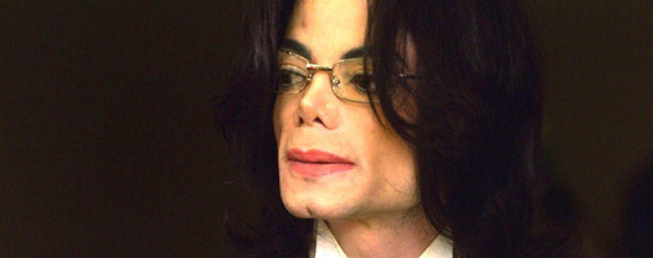 У Мережі з'явилося відео обшуку маєтку Майкла Джексона, де виявили дитяче порно
