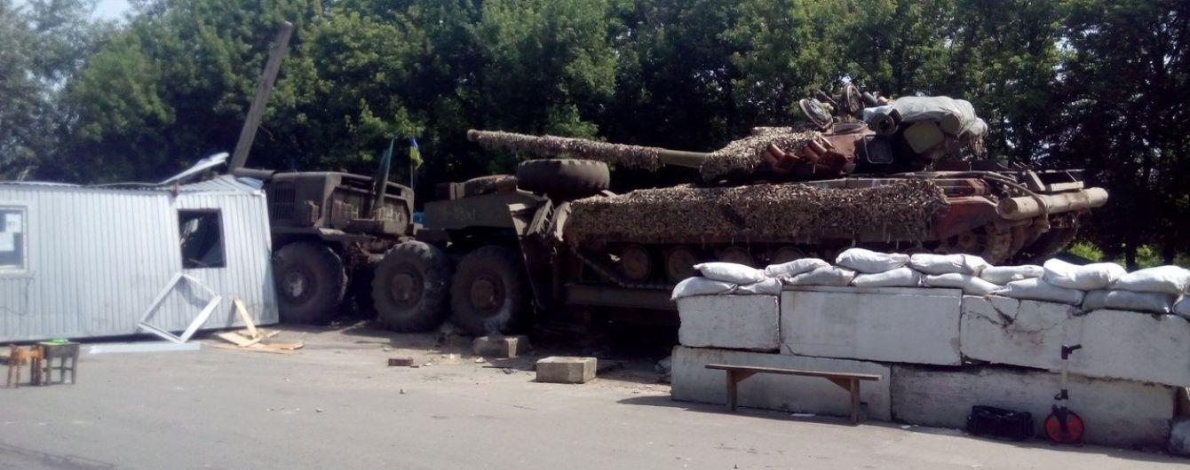 Біля Лисичанська військовий тягач розтрощив блокпост, є загиблі