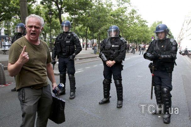 Провокатори та фаєри: у Франції десятки тисяч осіб вийшли на вулиці через реформи