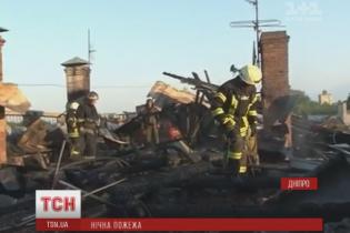 У Дніпрі сотні рятувальників кілька годин гасили дах багатоповерхівки