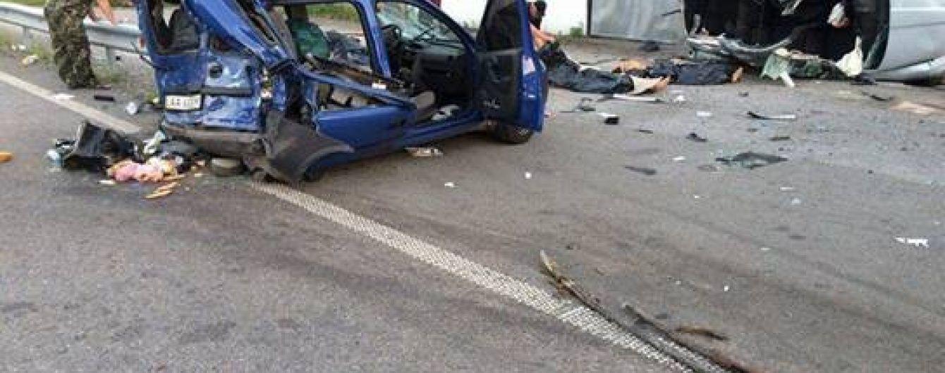 Моторошна ДТП під Києвом: Skoda на швидкості розтрощила Opel і збила поліцейського, загинули троє