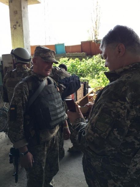 """Порошенко побував на легендарному блокпості """"республіка міст"""""""